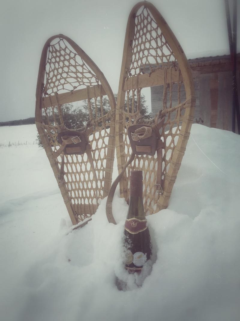 Raquettes en état d'ébriété devant une cabane au Canada / Luc Pallegoix, 2015.
